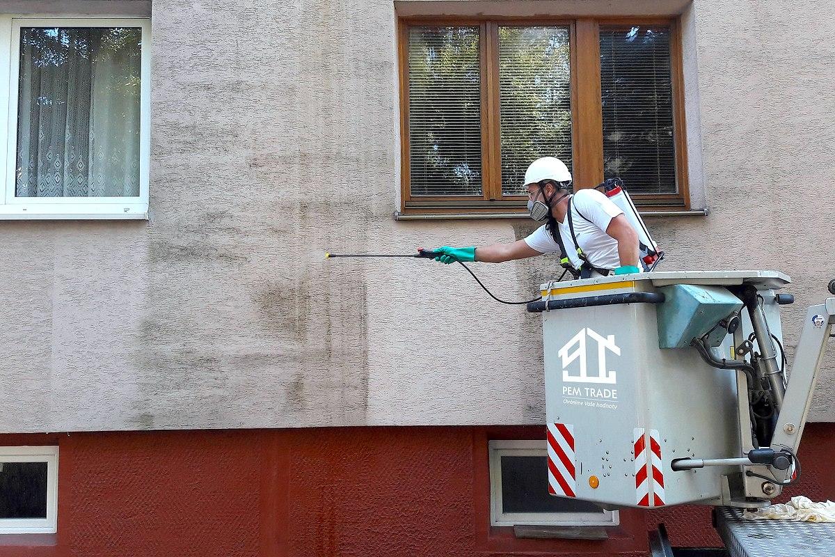 Profesionálne čistenie fasády bytového domu, aplikácia fungicídneho prostriedku | pemtrade.sk