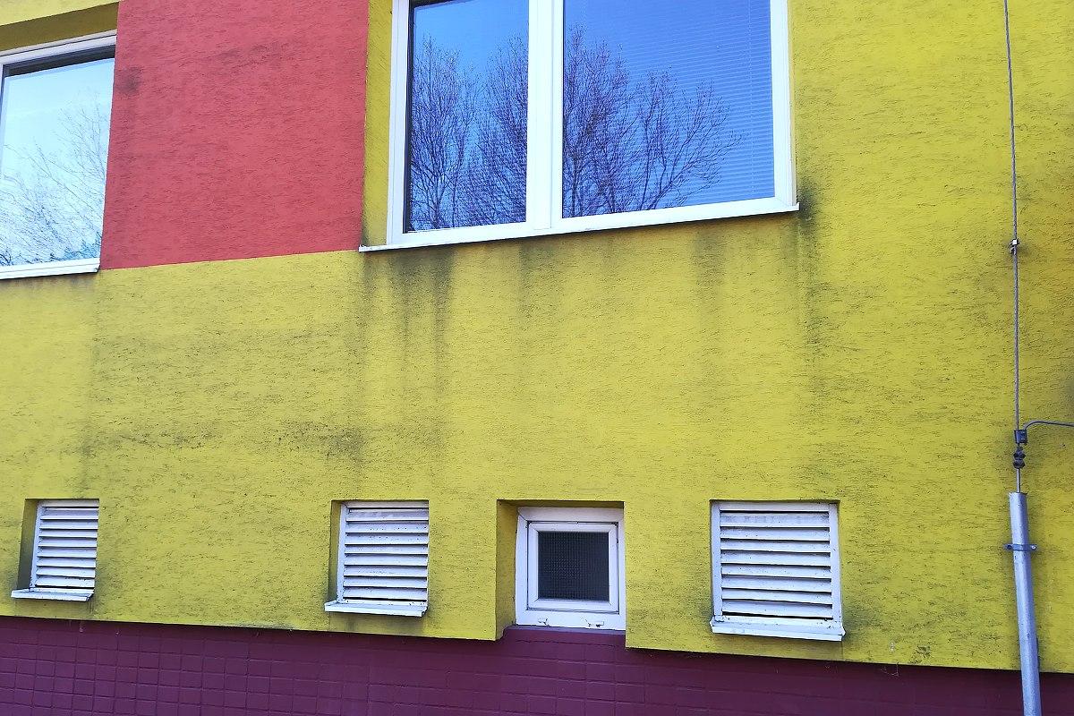 Znečistená fasáda bytového domu v Kysuckom Novom Meste, šmuhy na fasáde | pemtrade.sk