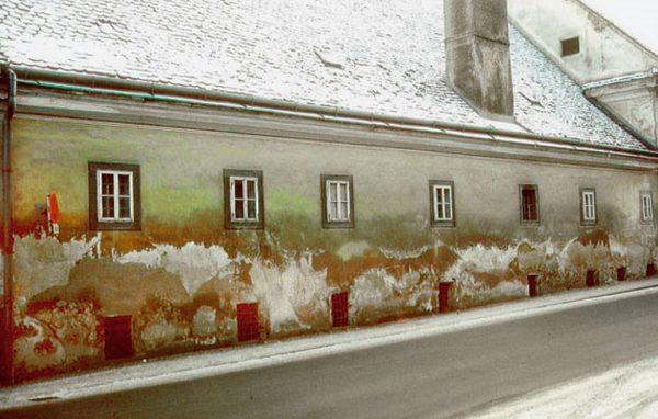Fasáda domu znečistená soľnými kvetmi | pemtrade.sk