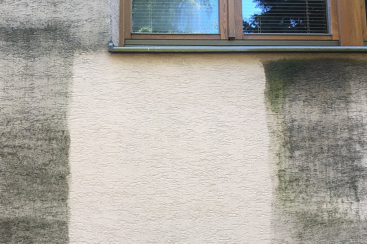 Detailná ukážka znečistenej a vyčistenej fasády bytového domu | pemtrade.sk