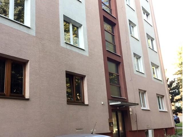 Čistenie fasády bytového domu v Žiline, vyčistená fasáda | pemtrade.sk