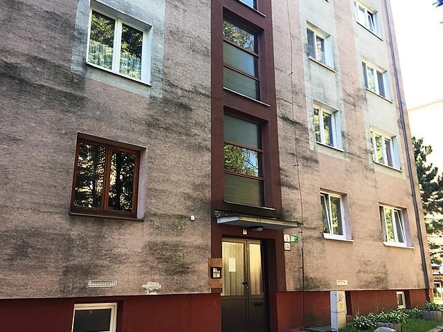 Čistenie fasády bytového domu v Žiline, znečistená fasáda | pemtrade.sk