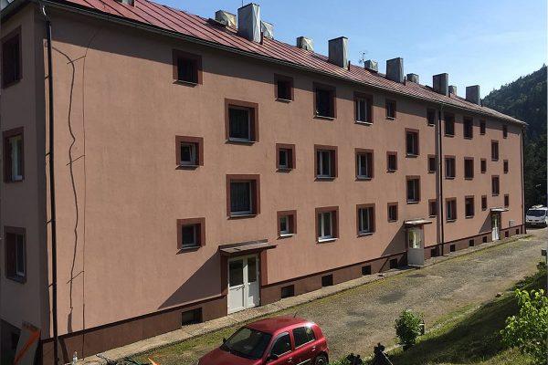 Vyčistená fasáda bytového domu po našej návšteve | pemtrade.sk