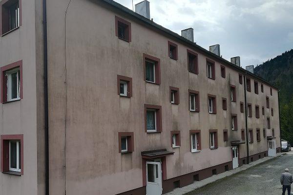 Znečistená fasáda bytového domu pred čistením | pemtrade.sk