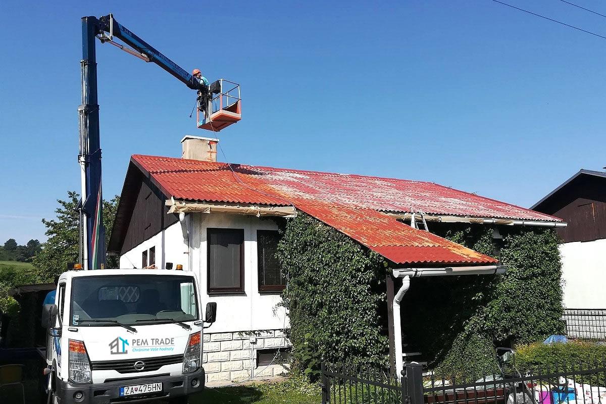 Čistenie strechy rodinního domu pomocou plošiny | PEM TRADE
