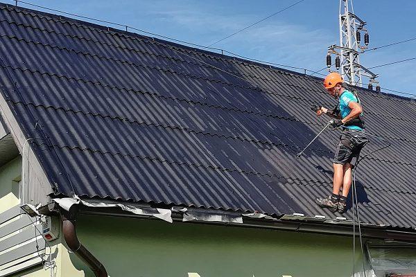 Renovácia strechy rodinného domu - striekanie farby na strešnú krytinu | pemtrade.sk