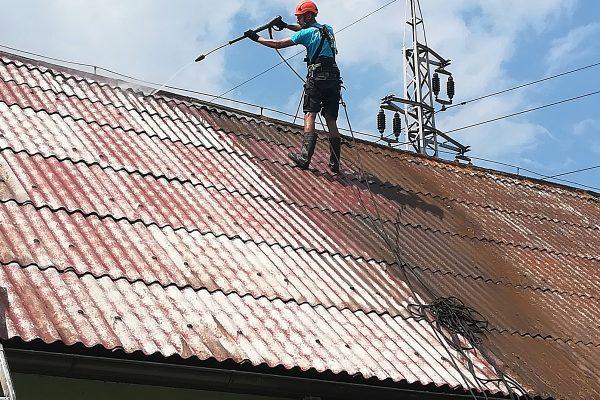 Profesionálne čistenie a renovácia plechovej strechy rodinného domu | pemtrade.sk