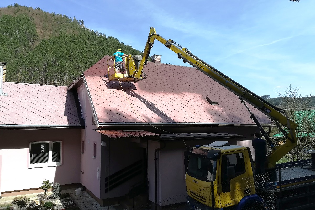 Maľovanie strechy striekaním