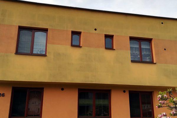 Znečistená fasáda rodinného domu pred čistením | pemtrade.sk