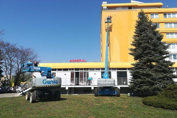 Profesionálne čistenie fasád pomocou vysokodvižnej plošiny | Pemtrade.sk