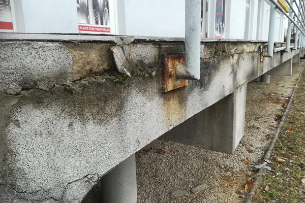 Zničené a zhrdzavené zábradlie, ktoré potrebuje renováciu | Pemtrade.sk