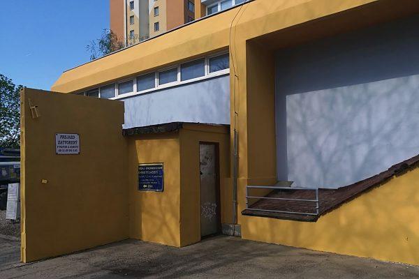 Vyčistená a zrenovovaná fasáda budovy v Šali | Pemtrade.sk