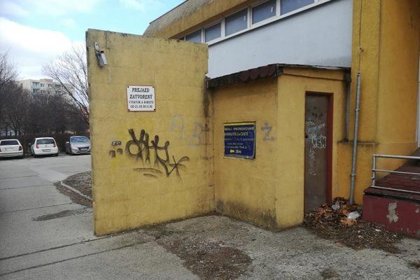 Fasáda znečistená graffiti | Pemtrade.sk